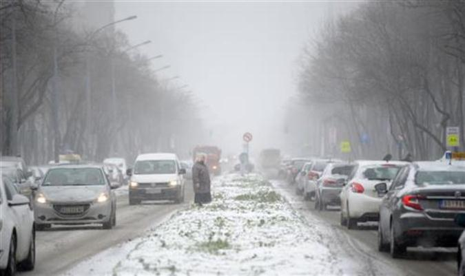 Zbog snega saobraćaj usporen i otežan, opasnost od poledice