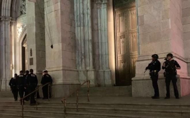 Njujork, ušao u katedralu sa benzinom i upaljačem