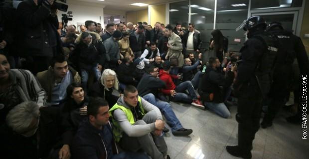 Osumnjičeni za nasilje u zgradi RTS-a pušteni da se brane sa slobode