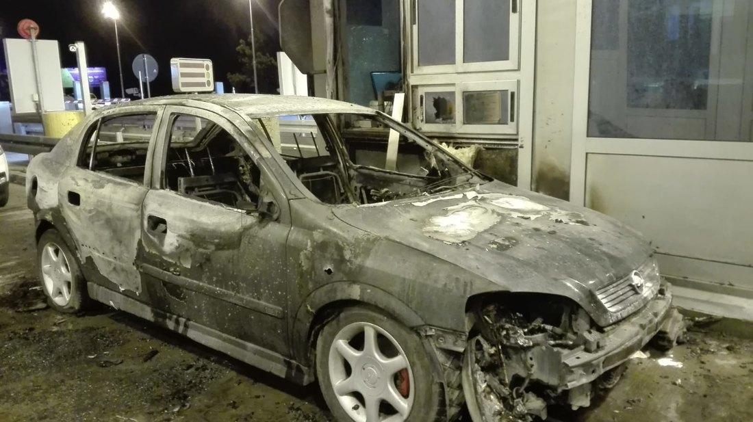 Kod Stare Pazove se zapalio automobil, gorela i naplatna rampa