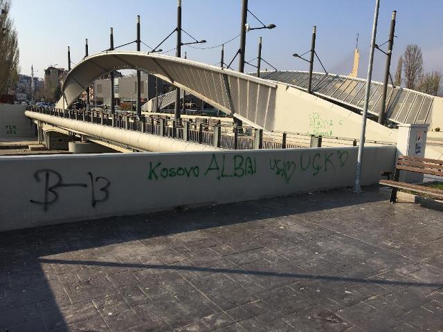 """Grafiti """"OVK"""" na mostu u Mitrovici"""