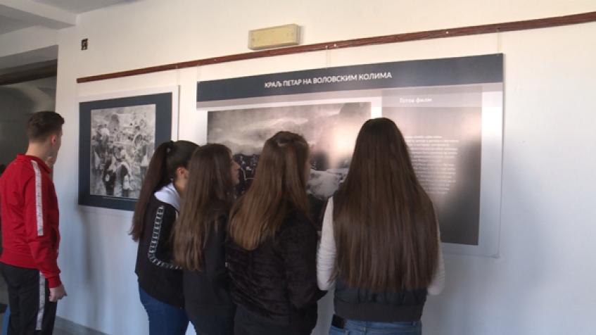 Osnovci iz Šilova pogledali izložbu fotografija iz Velikog rata (video)