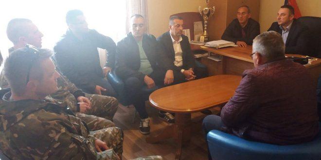 Popović sa predstavnicima sela Ugljare o bezbednosnoj situaciji, peticiji...