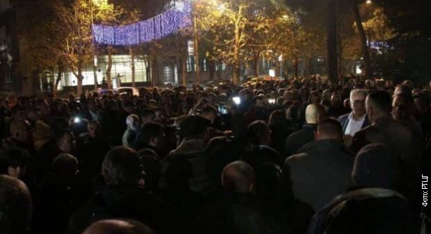 Mandić na protestu: Vlast izlaže riziku Medojevićev život